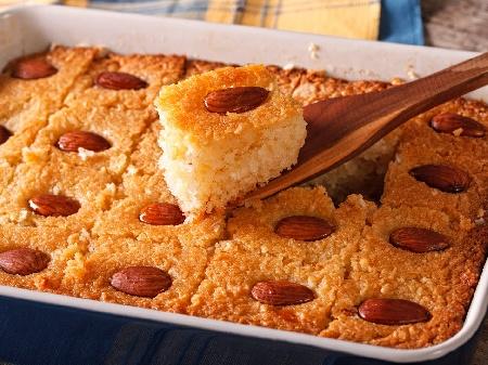 Басбуса - Арабски сладкиш тип реване с брашно, кисело мляко, бадеми, канела и захарен сироп - снимка на рецептата